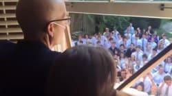 Voyez les 400 étudiants qui chantent pour leur prof luttant contre le cancer