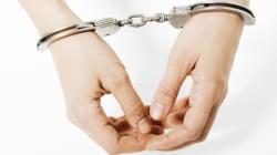 Enfermée par erreur avec 40 hommes, elle porte plainte contre la