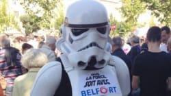 Un Stormtrooper et des vitrines baissées à Belfort en soutien aux