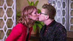 Céline Dion embrasse un jeune homme de 27 ans sur la bouche dans cette