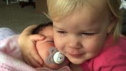 Cette petite fille passe des pleurs aux calins grâce à sa petite