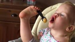 Ce bébé sans bras a appris à manger avec ses