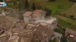 Le ruspe abbattono gli edifici pericolanti a Visso: le riprese dal