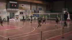 Le ragazze giocano a pallavolo, ma quando arriva il terremoto scoppia il