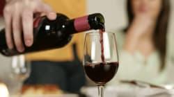 Un bicchiere di vino rosso prima della sigaretta aiuta a contrastare (in parte) i danni del