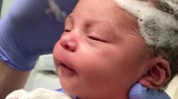 Provate a non sorridere guardando il video di questa neonata mentre le lavano i