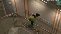 Il dévale les escaliers du métro... en