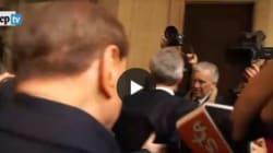Silvio Berlusconi al seggio colpito al volto dal microfono di un