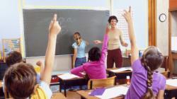 La demande d'action collective d'une mère sur les frais scolaires est