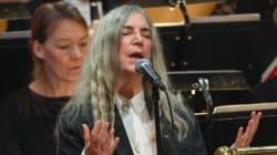 ボブ・ディラン欠席のノーベル賞授賞式、パティ・スミスが「はげしい雨が降る」熱唱(動画)
