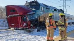 Un train de VIA Rail percute un camion à