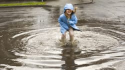 Le plaisir de cet enfant qui nage dans une flaque d'eau est