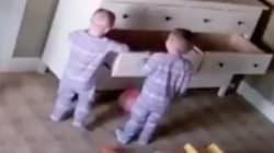 Este héroe de dos años salva la vida a su hermano, atrapado por un mueble