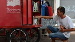 Ciclistas doam livros para moradores de rua em São