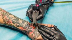 La tinta de los tatuajes puede conllevar riesgos