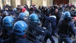Firenze, migranti cercano di entrare in prefettura. Cariche della polizia. La protesta del Movimento di lotta per la