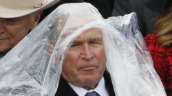 George W. Bush lotta con il suo poncho e Internet lo