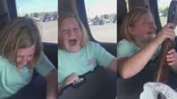La bambina piange di gioia per il regalo inaspettato dei genitori: un
