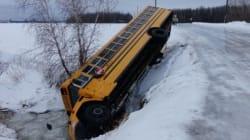 Un bus scolaire plonge dans un fossé à La