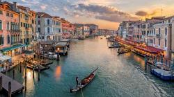 Il turismo, la democrazia e il problema falso della