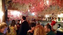 ワシントンD.C.の名物バーが桜でいっぱいに。でも店の反対側は意外なアレ