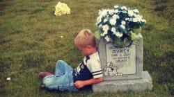 お腹の中で亡くなった双子の兄弟の墓に語りかける少年「いつも僕を見守ってくれてるんだ」