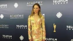 Karine Vanasse en doré sur le tapis rouge des Prix Écrans