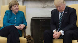 I fotografi chiedono una stretta di mano. Ma Trump resta immobile