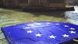 Sul Tevere maxi bandiera dell'Ue circondata da filo spinato. La protesta delle
