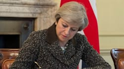 Theresa May signe la lettre du