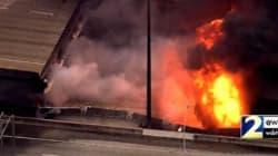 Les images impressionnantes d'un pont en flammes qui s'effondre en plein