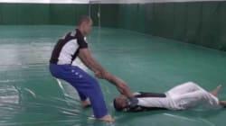 Ce prof de Jiu-Jitsu vous apprend à réagir si vous êtes traîné au sol comme le passager de United