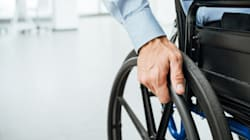 Ce fauteuil roulant peut monter et descendre les marches