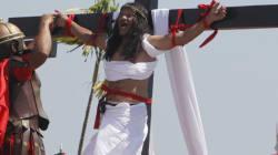 Des Philippins reprennent la crucifixion du