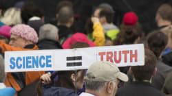 トランプ政権への抗議デモ「マーチ・フォー・サイエンス」、科学者たちが掲げた秀逸なプラカード(画像)
