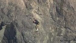 足がすくむ高さの断崖絶壁で動けなくなった男、決死の救出劇(動画)