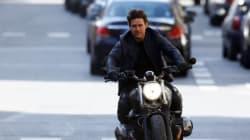 Tom Cruise avait oublié son casque pour cette poursuite à moto devant l'opéra de