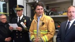 Justin Trudeau porte une veste de pompier et la toile