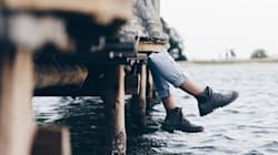 Un pied dans une chaussure avec un os ressorti trouvé sur un