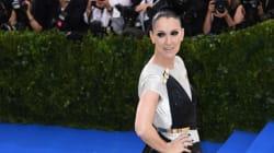 Céline Dion en robe couture mangeant un hot dog après le Met