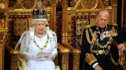 エリザベス女王、43年ぶりに王室ファッションの伝統を破る