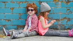 Les beaux enfants avec du linge