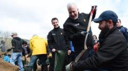 Inondations: Trudeau et Couillard constatent les dégâts à