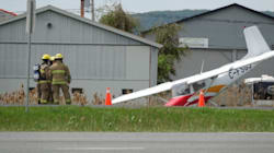 Un petit avion atterrit d'urgence sur l'autoroute