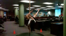Du «pole-dancing» en démonstration à l'entrée de City Hall à