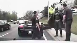 Vidéo: Batman évite une