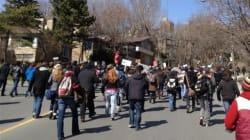 Manifestation devant la maison de Jean Charest à