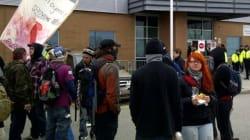 Des manifestants attendent Jean Charest à