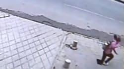 Le trottoir s'effondre sous ses pieds