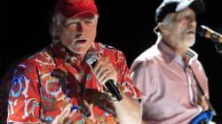 Vidéo: Les Beach Boys enterrent la hache de